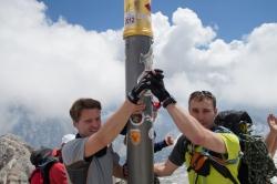 Dennis und Flo am Gipfelkreuz der Zugspitze
