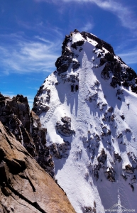 Die steile Firnrinne zum Gipfel