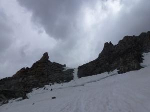 Die Schneerinne hinauf zu P3700. Von dort aus geht es weiter über Fels und Geröll bis zum Dent du Géant.