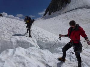 Hindernisslaus zum Zeltplatz. Hier macht sich Thomas bereit für seinen Sprung über eine Gletscherspalte