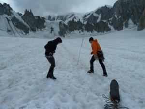 Thomas und Flo sondieren das Gelände, bevor wir unser Zelt noch auf einer Gletscherspalte aufbauen.