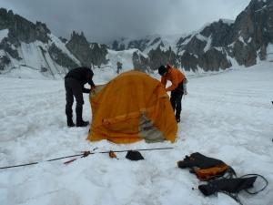 Das Zelt steht fast, noch ein paar Minuten und wir können uns ausruhen.