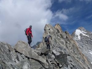 Oben auf dem Grat angekommen wird die Kletterei wieder leichter.