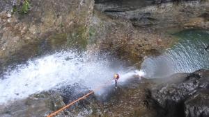 Toller Abseiler direkt durch den Wasserfall.