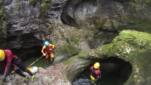 Rein da und dann unter dem Fels durch tauchen.