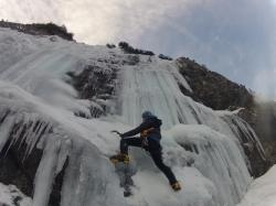 Flo beim traversieren am Wasserfall