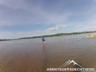 Während die einen noch schwimmen, geht Dennis schon übers Wasser