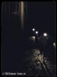 Trailrun durch den dunklen Wald.