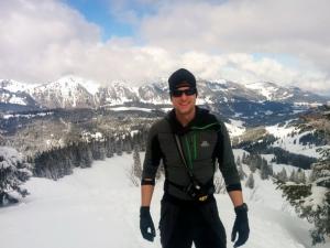 Bei schweißtreibenden Aktivitäten an kalten Tagen ist das Eclipse Hooded Zip Tee von Mountain Equipment genau die richtige Wahl. Hier zum Beispiel beim Skitourengehen.