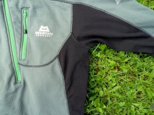 An den Seiten und unter den Armen ist ein etwas dünnerer Stoff für bessere Dampfdurchlässigkeit verarbeitet.