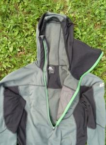 Der Front-Zipper kann weit geöffnet werden, um die Belüftung zu verbessern.