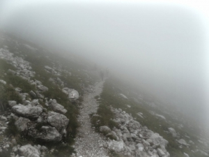 Nebel beim Zustieg zum Klettersteig