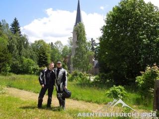 Bazi und Flo vor der Schierker Kirche