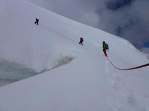 Wir passieren Gletscherspalten, in denen man einen LKW verstecken könnte