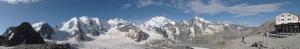 Die Bernina-Gruppe mit dem Dreier-Gipfel Piz Palü im linken Drittel