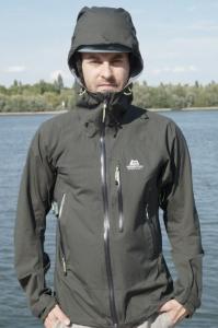 Die schmale Alpine Fit Passform der Gryphon Jacket