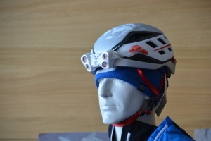 Helm mit integrierter Stirnlampe
