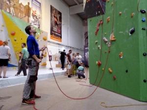 Ein oft gesehener Sicherungsfehler: Schön viel Abstand zur Wand und jede Menge Schlappseil, da kann sich der Kletterer so richtig sicher fühlen... Oder etwa nicht?