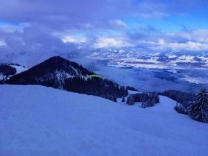 Per Gleitschirm geht es noch schneller hinuter als auf Ski