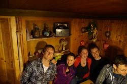 vlnr: Hubi, Lisa, Resi und Flo in der Stube