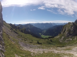 Der Ausblick vom Wandfuß ins Tannheimer Tal