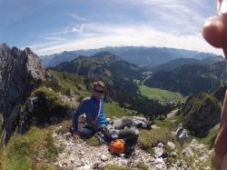 Dennis genießt das gute Wetter auf dem Gipfel