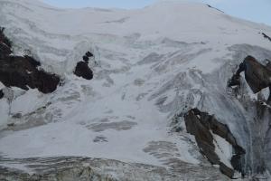 Schon diverse Seilschaften auf dem Gletscher