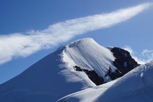 Die gewaltige Schneewächte auf dem Weg zum Gipfel