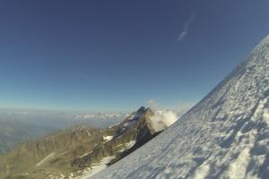 Steiles Stück kurz vor dem Gipfel. Im Hintergrund das Lagginhorn.