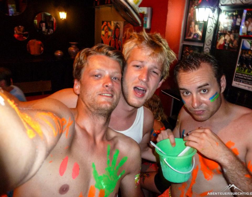 Bucket-Trinken gehört zur Full Moon Party dazu