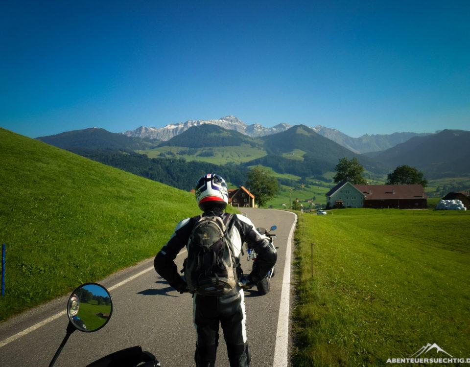Dennis genießt den Ausblick auf die Schweizer Alpen