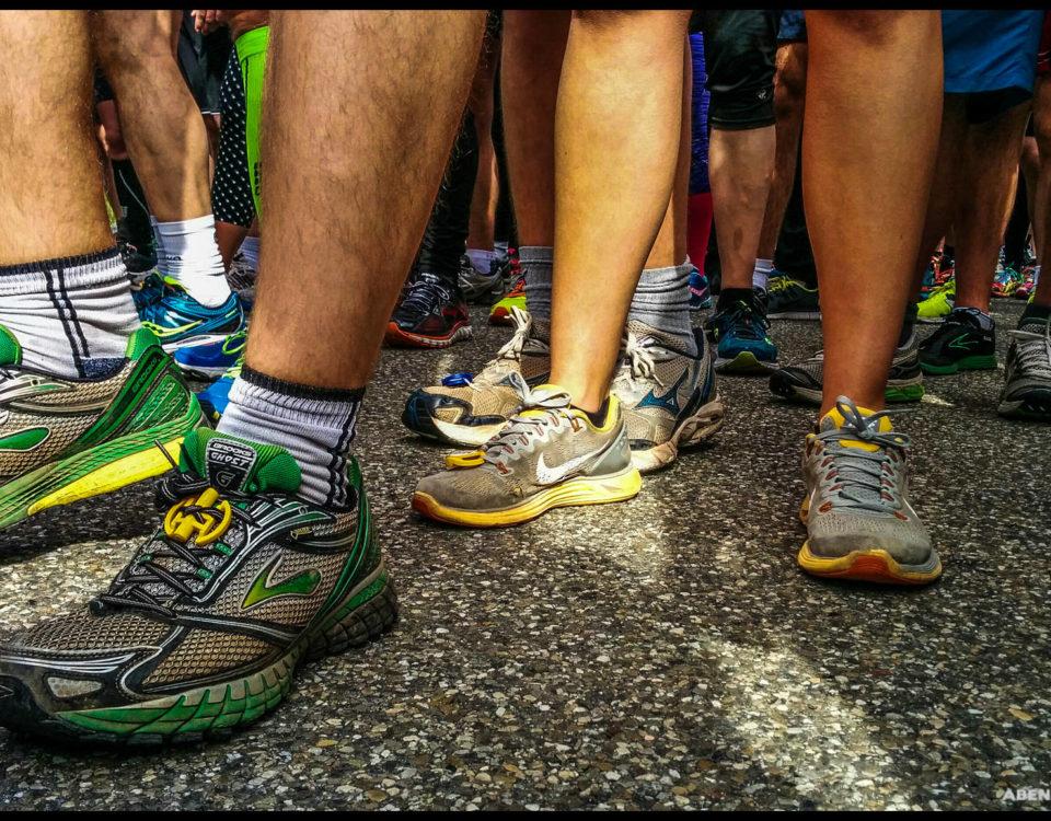 Hunderte, top motivierte Läufer warten auf den Startschuss