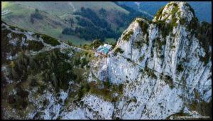 Die Tegernseer Hütte - und etwas darunter unser Nacht-Domizil.