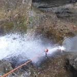 Toller-Abseiler-direkt-durch-den-Wasserfall
